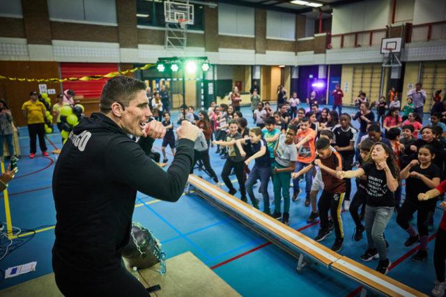 """,,Hij is het echt"""", schreeuwt een leerling van de Rotterdamse Valentijnschool als kickbokser Rico Verhoeven op het podium verschijnt. De sporter geeft in wijkcentrum Pier 80 in Bospolder-Tussendijken een work-out […]"""